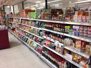 マレーシアスーパーの日本製品の棚